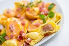Tortellini fresco en salsa ligera con el jamón Fotos de archivo