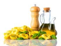 Tortellini gialli con sale e Olive Oil Isolated sulla parte posteriore di bianco Fotografie Stock