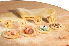 Tortellini hecho en casa, abierto italiano y cerrado, llenados de queso del ricotta, de camarón, del prosciutto, de la espinaca f Imagen de archivo libre de regalías