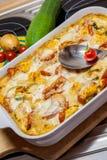 Tortellini-Kasserolle mit Tomaten und Zucchini Stockfotos