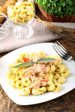 Tortellini med tomaten, skinka och kräm Royaltyfri Fotografi