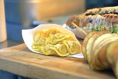 Tortellini met kaas in een romige tomaat en parmezaanse kaassaus wordt gevuld die De versie van het straatvoedsel Stock Afbeeldingen