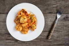Tortellini met kaas en spinazie het vullen en tomatensaus Stock Foto's