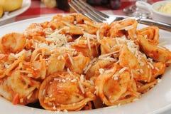 Tortellini met tomatensaus stock afbeeldingen