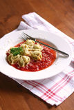 Tortellini met tomatensaus Stock Fotografie