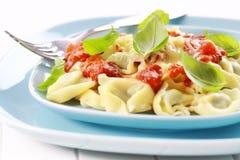 Tortellini met tomatensaus en kaas Royalty-vrije Stock Afbeelding