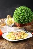 Tortellini mit Tomate, Schinken und Creme Lizenzfreie Stockbilder