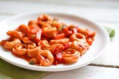 Tortellini primavera parmesan w marinara kumberlandzie na drewnianym wieśniaku Obraz Royalty Free