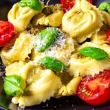 Tortellini rustique d'épinards avec le toma de cocktail de fromage et de cocktail Photo stock