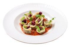 Tortellini z pieczarkami i basilu kumberlandem, Włoski jedzenie, isolat Fotografia Royalty Free