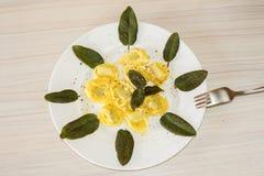 Tortellini z szpinaka i mędrzec liściem Obraz Stock
