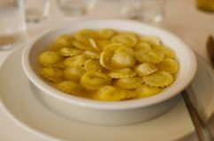 Tortellinial brodo Tipical Italiaans voedsel Stock Afbeelding