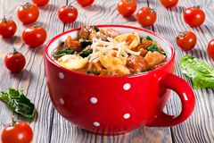Tortellinisoep met Italiaanse worsten, spinazie, tomaat, parmezaanse kaaskaas Stock Afbeelding