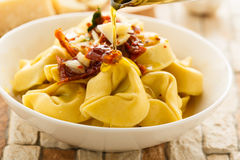 Tortelloni aglio e olio. Tortelloni aglio, olio e peperoncino Stock Images