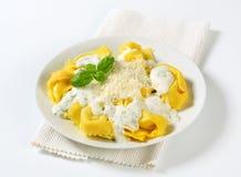 Tortelloni de Ricotta et d'épinards avec de la sauce crème et le parmesan photographie stock