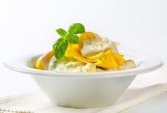 Tortelloni de Ricotta et d'épinards avec de la sauce crème et le parmesan photo libre de droits