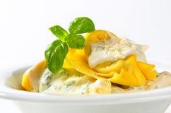 Tortelloni de Ricotta et d'épinards avec de la sauce crème et le parmesan photos stock