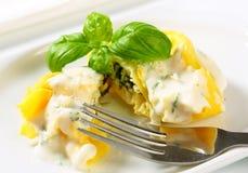 Tortelloni de Ricotta et d'épinards avec de la sauce crème et le parmesan image stock