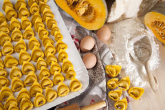 Tortelloni di zucca e ingredienti Royalty Free Stock Photos