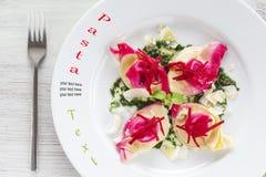 Tortelloni mit roter roter Rübe Lizenzfreies Stockbild