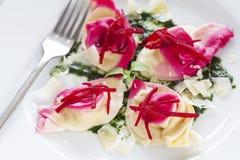 Tortelloni mit roter roter Rübe Stockbilder