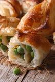 Torten des Blätterteiges angefüllt mit Makrovertikale der grünen Erbsen Lizenzfreie Stockfotos