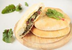 Torten mit Käse, Rübenoberseiten und Mangoldgemüse Lizenzfreies Stockfoto