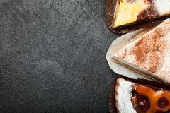 Torten und Nachtische auf einem schwarzen Hintergrund Kopieren Sie Platz lizenzfreies stockfoto
