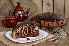 Torten-Zebra mit Schokoladenzuckerglasur Stockbild