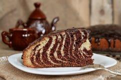 Torten-Zebra mit Schokoladenzuckerglasur Lizenzfreie Stockfotos