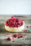 Tortenkuchen mit frischen Himbeeren, rosewater und den rosafarbenen Blumenblättern Stockfotos