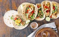 Tortiglii di cereale con il raccordo arrostito del pollo, salsa del guacamole e Fotografia Stock Libera da Diritti