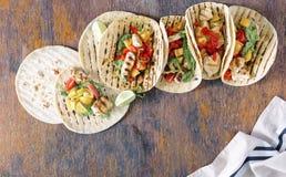 Tortiglii di cereale sane con il raccordo arrostito ed il guacamole del pollo Fotografia Stock