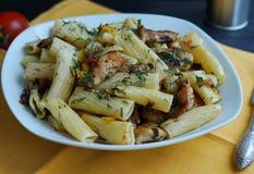 Tortiglione pasta med höna i en sås av tomaten Arkivfoton
