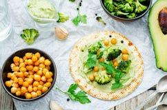 Tortilha do vegetariano com brócolis e grãos-de-bico e abacate roasted s imagem de stock royalty free