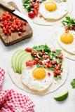 Tortilha mexicana com salsa, abacate e ovo Foto de Stock