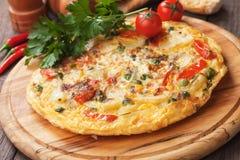 Tortilha, omeleta espanhola com batata e vegetais fotos de stock royalty free