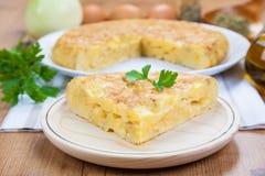 Parcela de uma omeleta espanhola imagens de stock royalty free