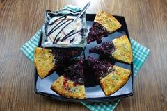 A tortilha saboroso deliciosa da torta da cereja com polvilha em um fundo da placa de madeira pronto para comer imagem de stock