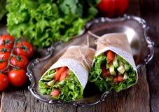 Tortilha vegetal do vegetariano com grade do abobrinha, pepino, tomate, alface de folha da couve e azeite em um backgroun de made Fotos de Stock Royalty Free