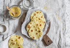 Tortilhas caseiros da farinha de milho em um fundo claro imagens de stock