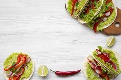 Tortilhas de milho com avermelhado, pepino da vista superior, cebola, salsa, p fotos de stock