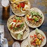 Tortilhas de milho com a faixa grelhada da galinha, molho do guacamole e fotografia de stock