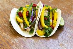 Tortilhas de milho saborosos com legumes frescos, suficiência grelhada da galinha Imagens de Stock Royalty Free