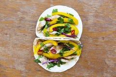 Tortilhas de milho saborosos com legumes frescos, suficiência grelhada da galinha Imagem de Stock
