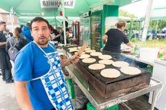 Tortilhas frescas do vendedor em jogos de Nestinarski em Bulgária Imagem de Stock Royalty Free