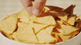 Tortilla επιλογών ατόμων τσιπ από το πιάτο, πυροβολισμός κινηματογραφήσεων σε πρώτο πλάνο απόθεμα βίντεο