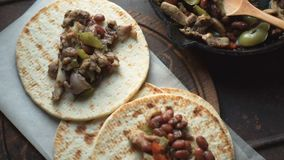 Tortilla και τηγανητών τηγάνι με την κινηματογράφηση σε πρώτο πλάνο γαρνιτουρών βίντεο απόθεμα βίντεο