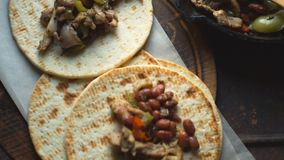 Tortilla και τηγανητών τηγάνι με τη τοπ άποψη γαρνιτουρών βίντεο απόθεμα βίντεο