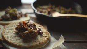 Tortilla και τηγανητών τηγάνι με τις γαρνιτούρες βίντεο φιλμ μικρού μήκους